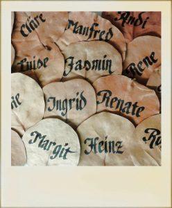 Apfelblätter mit Kalligraphie
